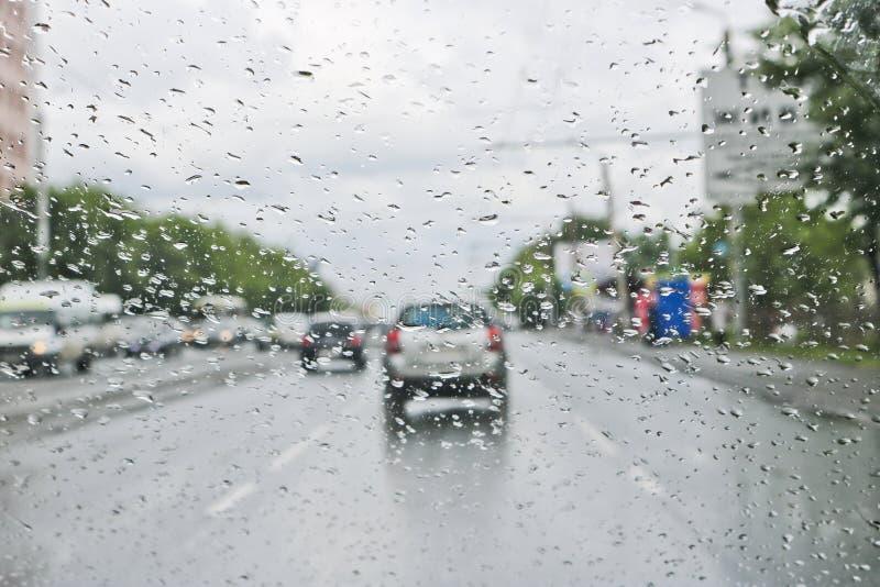 Gouttes de pluie sur le pare-brise de la voiture Foyer s?lectif La vue de la fen?tre de voiture sur la chauss?e photos libres de droits