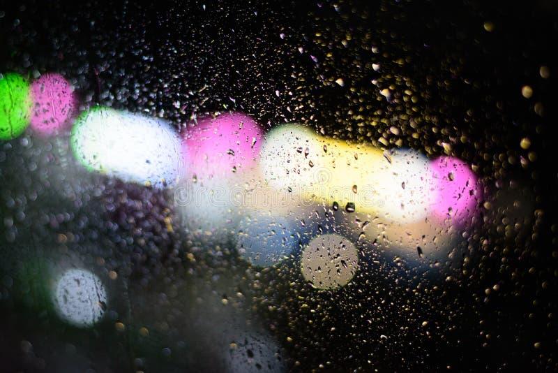 Gouttes de pluie sur un verre de fenêtre transparent images libres de droits