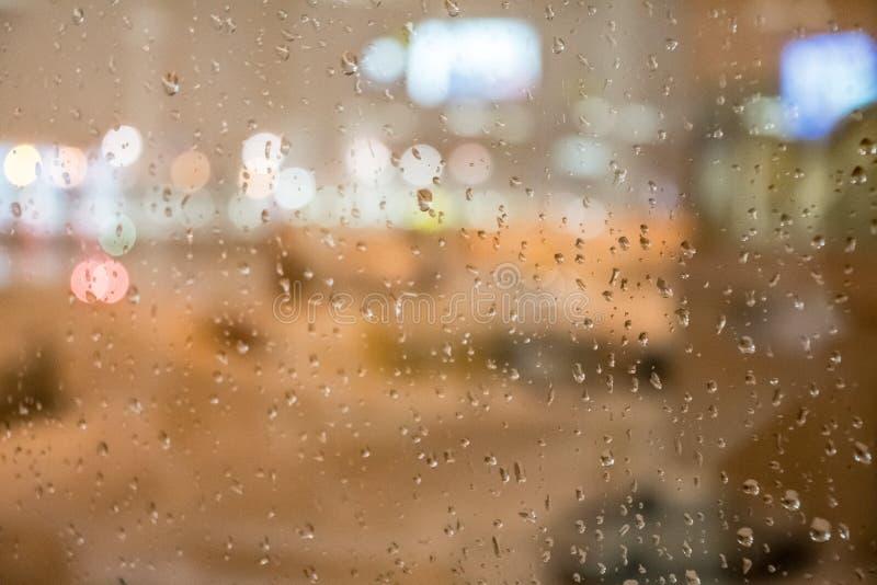 Gouttes de pluie sur un windo d'aéroport photographie stock