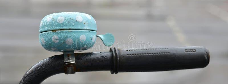 Gouttes de pluie sur une cloche de vélo photo stock