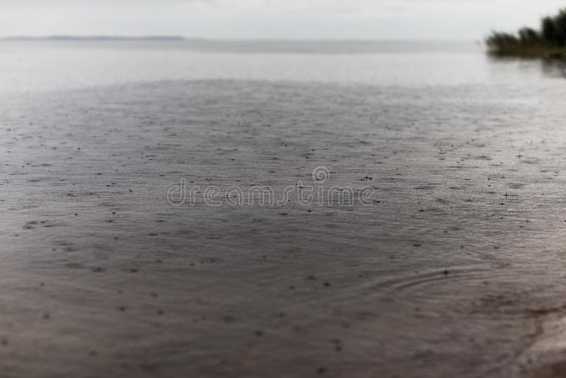 Gouttes de pluie tombant dans l'eau images libres de droits
