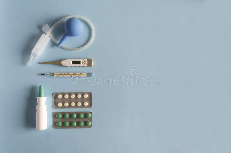 Gouttes pour le nez électroniques et thermomètre à mercure, d'instrument nasal de lavage étendu par appartement, et pilules de je photos libres de droits