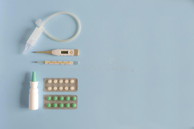 Gouttes pour le nez électroniques et thermomètre à mercure, d'instrument nasal de lavage, et pilules de jet, de froid et de gripp image libre de droits