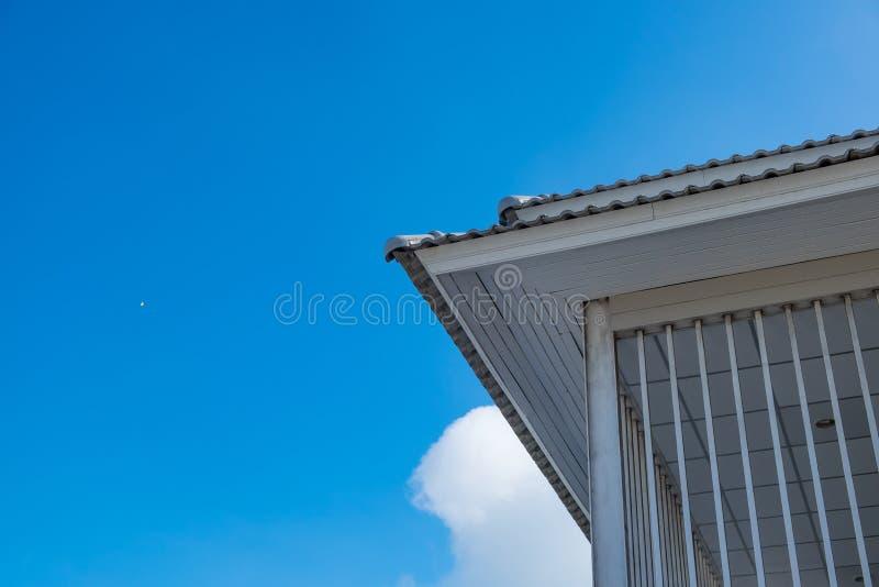 goutti res blanches avec le plafond et le toit de la maison moderne contre s bleu image stock. Black Bedroom Furniture Sets. Home Design Ideas