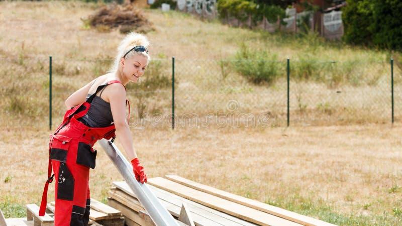 Goutti?re de transport de femme sur le chantier de construction photographie stock