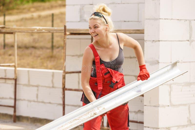 Goutti?re de transport de femme sur le chantier de construction image stock