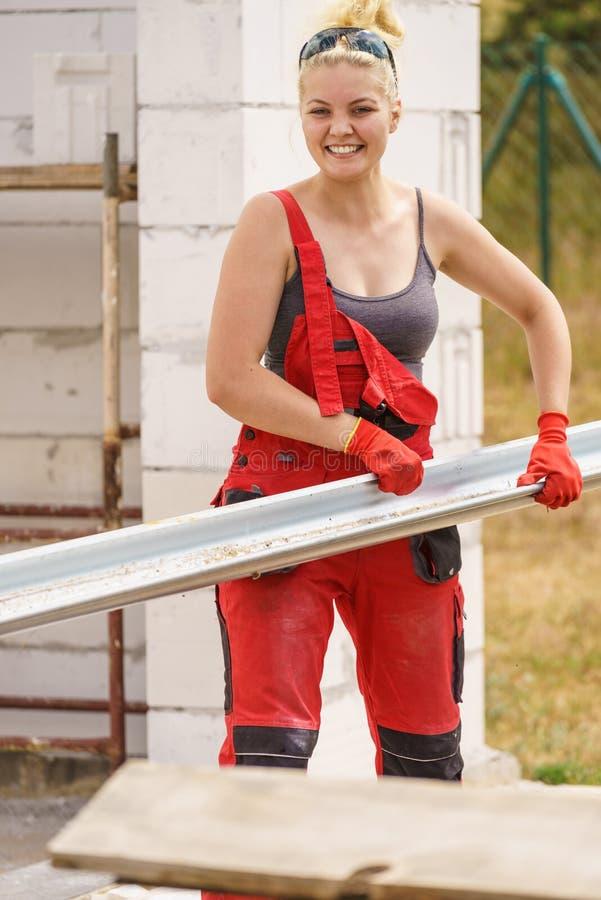 Goutti?re de transport de femme sur le chantier de construction images stock