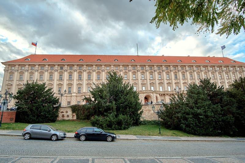 Gouvernement construisant le palais de Cerninsky chez Loreto Loreta Square à Prague, République Tchèque image stock