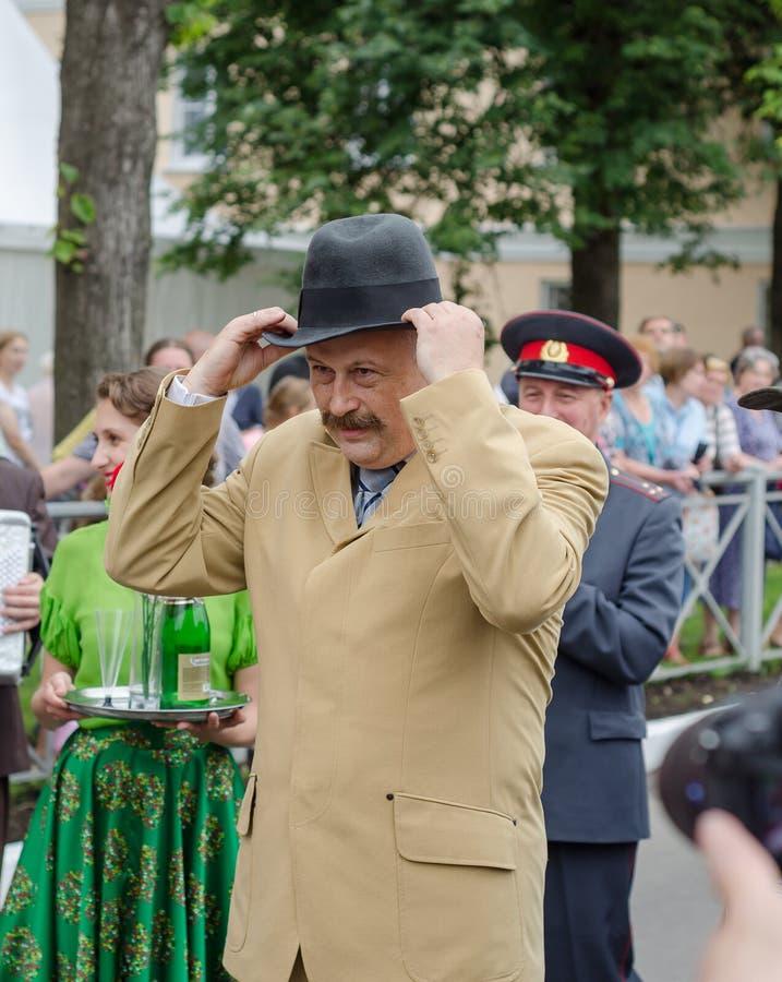 Gouverneur de la région A de Léningrad Y Drozdenko au festival quatre-vingt-dix-neuvième anniversaire Ville de Slantsy photos stock