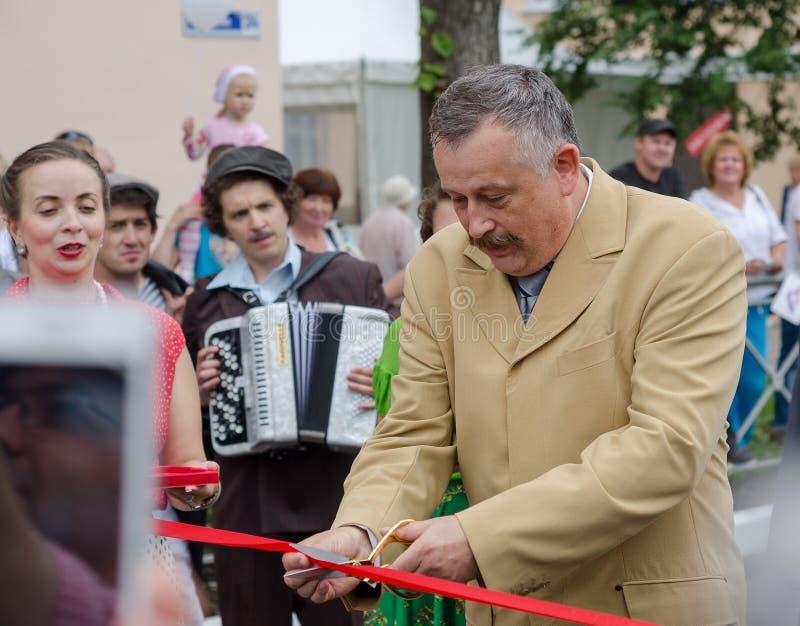Gouverneur de la région A de Léningrad Y Drozdenko au festival quatre-vingt-dix-neuvième anniversaire Ville de Slantsy image libre de droits