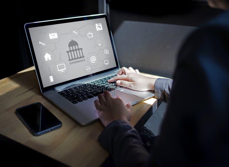 GOVERNANÇA e construção, sagacidade de computação do portátil do computador da autoridade foto de stock royalty free