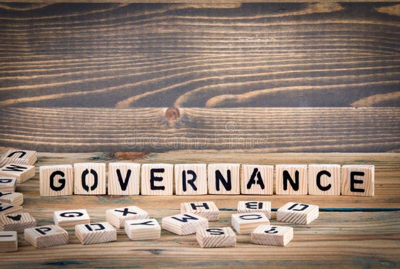 governance Letras de madeira no fundo da mesa de escritório, o informativo e da comunicação foto de stock
