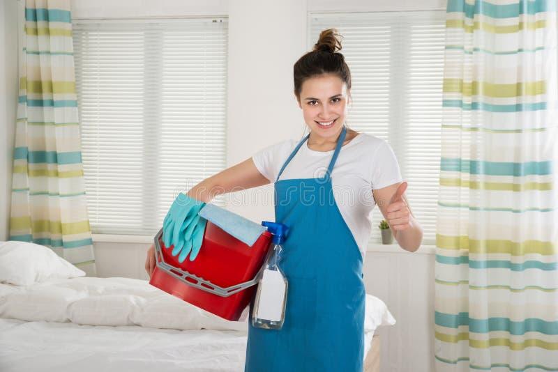 Governante femminile con attrezzature per la pulizia immagini stock libere da diritti