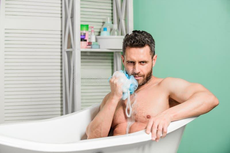 Governare personale sta pulendo il corpo delle parti Uovo sulla toletta Il bagno regolare ha maggior umore di effetto che l'eserc immagine stock libera da diritti