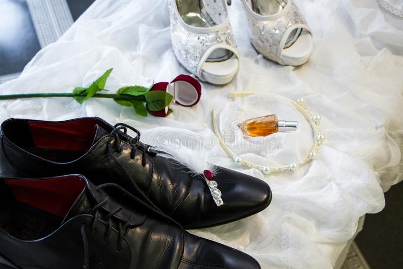 Governi il ` s e le scarpe di nozze del ` s della sposa fotografia stock
