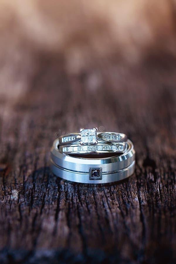 Governi la fede nuziale del ` s con gli anelli del ` s della sposa equilibrati sulla cima immagine stock