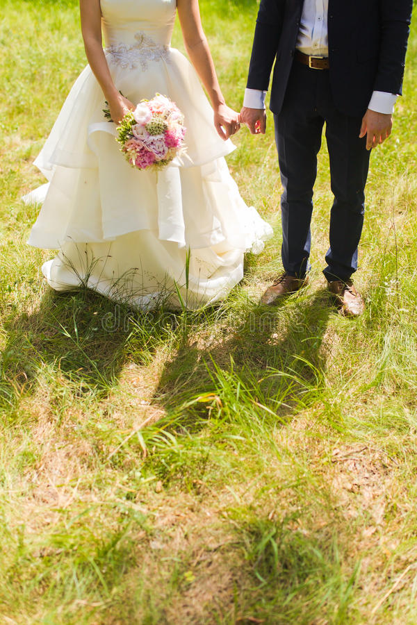 Governi la tenuta della sua mano della sposa con un anello immagini stock