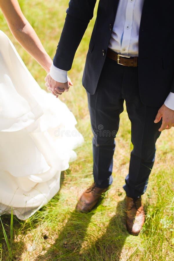 Governi la tenuta della sua mano della sposa con un anello immagine stock libera da diritti