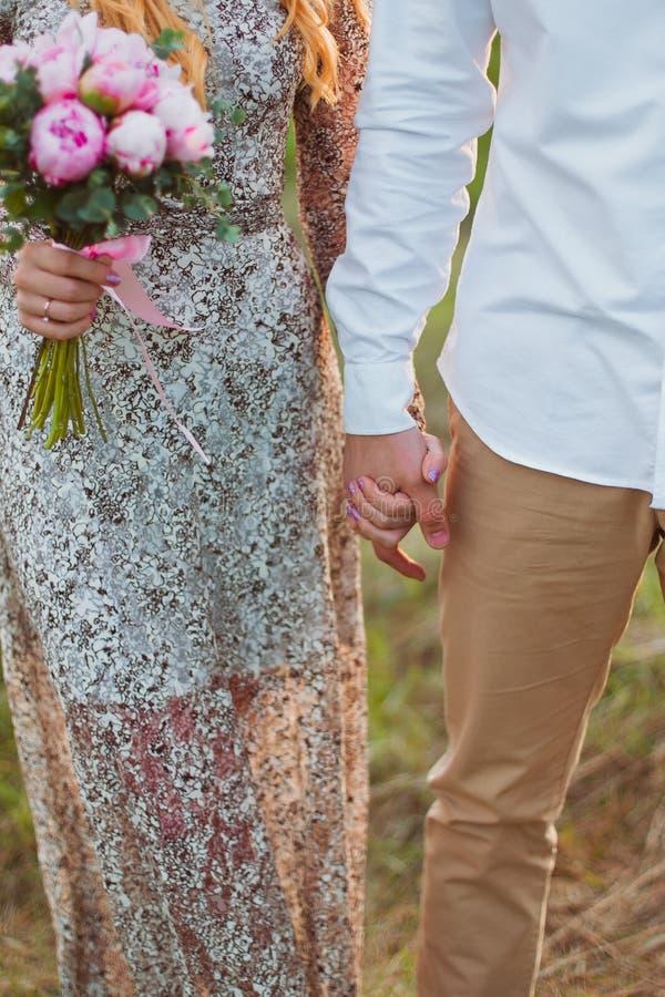 Governi la tenuta della sua mano della sposa con un anello immagini stock libere da diritti
