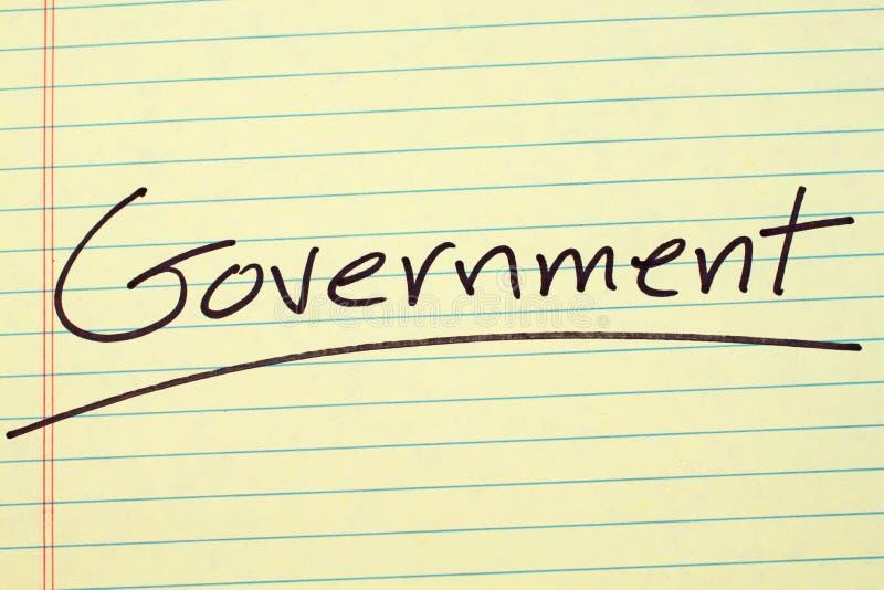 Governo su un blocco note giallo fotografia stock libera da diritti