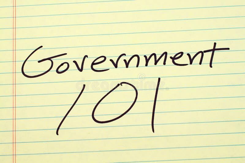 Governo 101 su un blocco note giallo fotografia stock libera da diritti