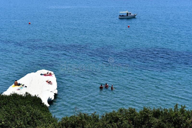 Governos strand i sommartid med folkenjoyng havet royaltyfria bilder