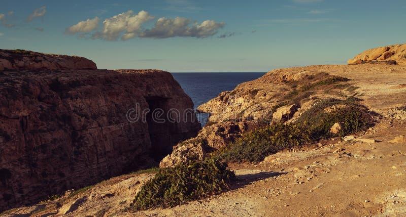 Gozo, Мальта - красивое лазурное окно, естественный свод и известный ориентир на острове Gozo на свете дня - изображение стоковая фотография