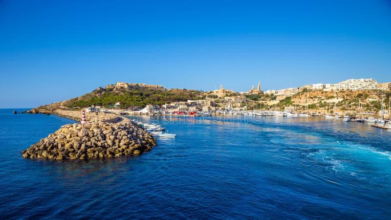 Gozo, Malta - der alte Hafen von Mgarr mit Leuchtturm auf der Insel von Gozo stockbild
