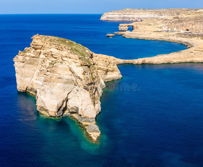Gozo, Malta - der pilzartige Felsen und Azure Window bei Dwejra bellen lizenzfreies stockbild