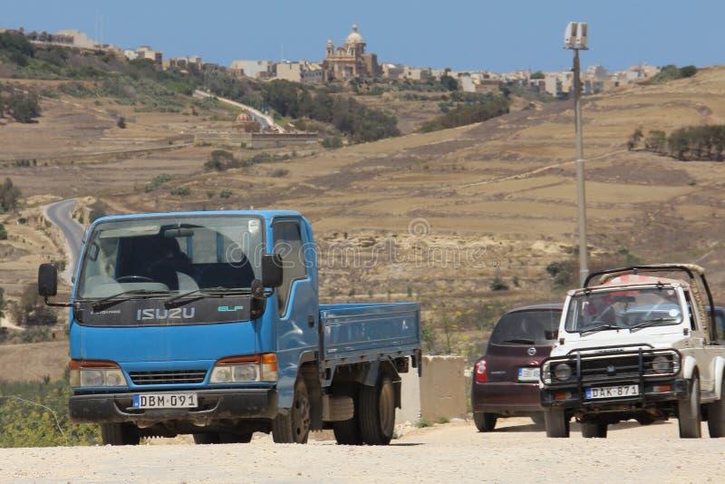 Gozo, Malta, Lipiec 2016 Japońscy starzy samochody na tle typowy wyspa krajobraz obraz stock