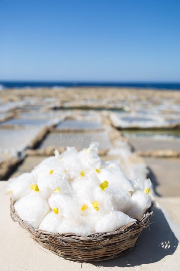 Gozo wyspy morza soli Naturalny kosz z Salines wewnątrz i Błękitnym morzem zdjęcie stock