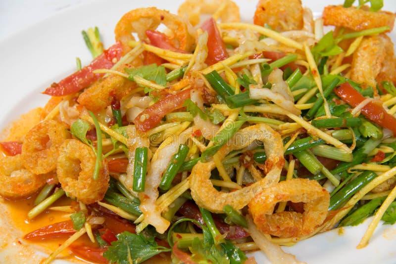 Gozzo croccante del pesce in insalata piccante immagine stock