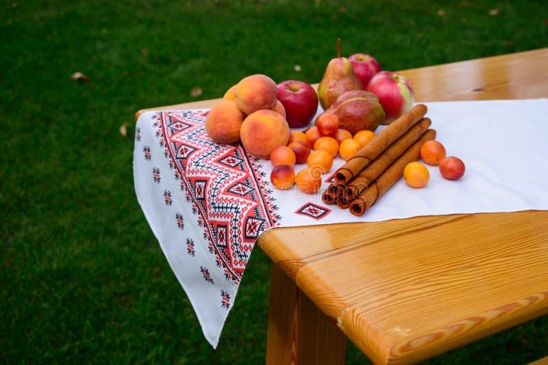 Gozzo della frutta delle mele, pere, pesche, prugne Dessert delizioso di estate generosa fotografie stock