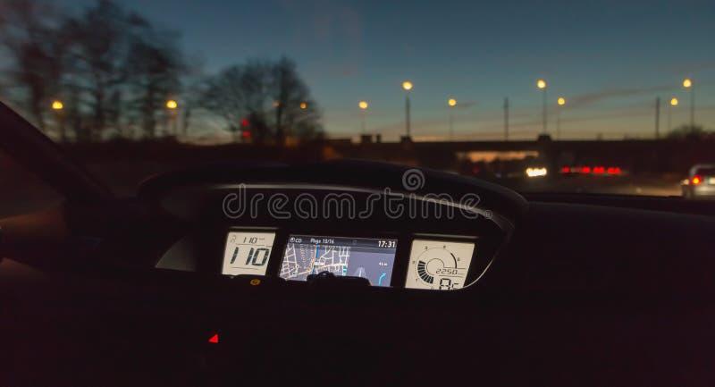 GPS d'une conduite la nuit sur l'autoroute A36 photo stock