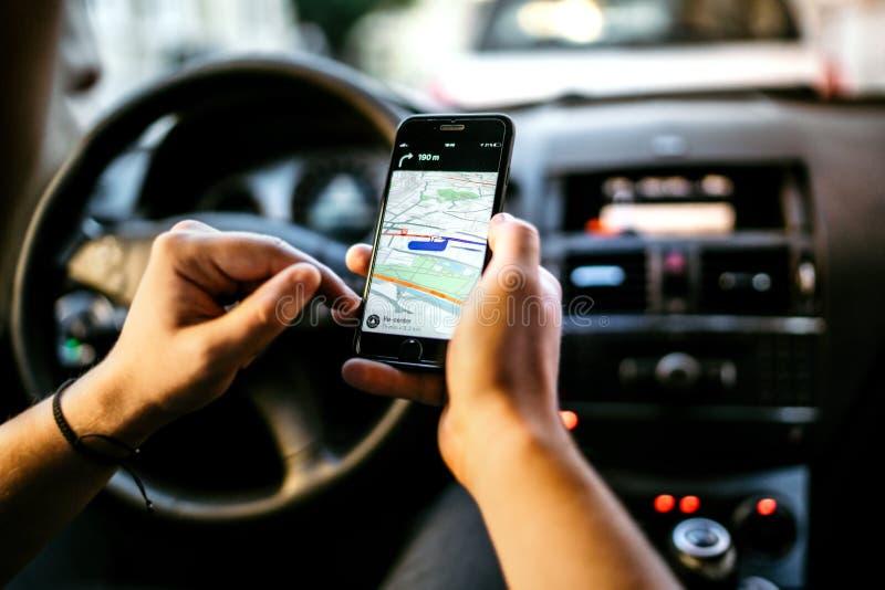 GPS e mapa em linha ao destino de rota Homem novo que usa a conexão de rede para o seguimento dos gps fotografia de stock