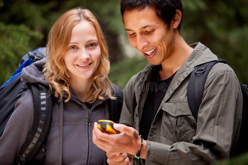 Gps-kampierende Freunde stockfoto