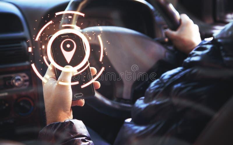 gps-Konzept Mann unter Verwendung eines Telefonweileautofahrens stockbilder