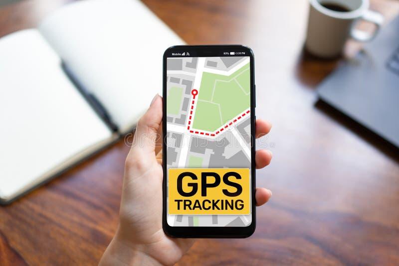 GPS que segue o mapa na tela do smartphone Sistema de navega??o mundial, conceito da navega??o fotos de stock royalty free