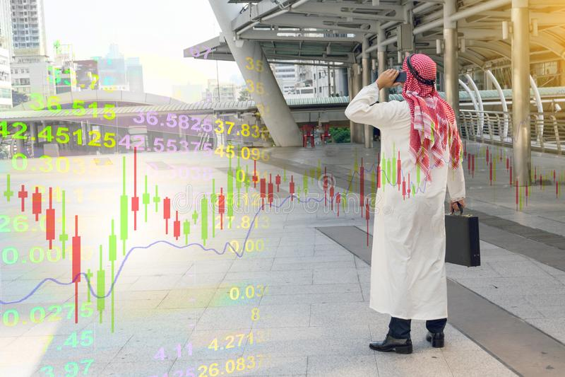 Gráfico árabe da verificação do homem de negócios no smartphone, fotos de stock royalty free