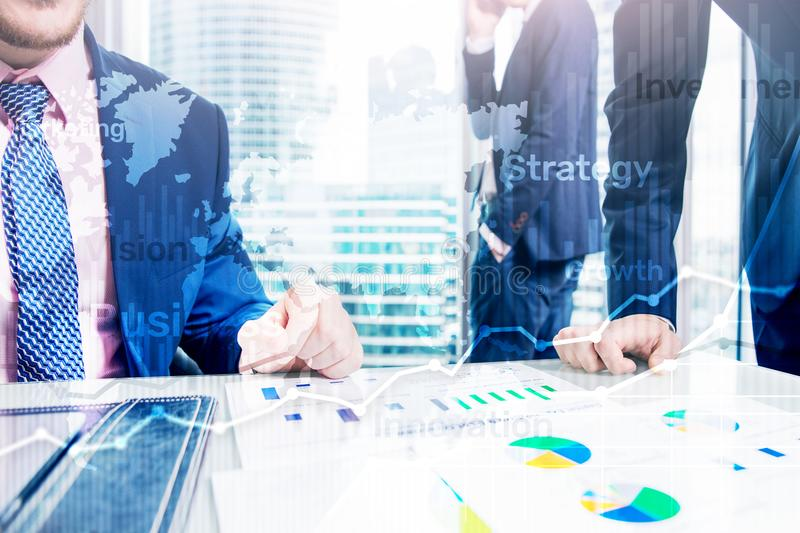 Gráfico abstrato, carta e diagrama da exposição dobro do fundo do negócio Mapa mundial e Negócio global e troca financeira foto de stock