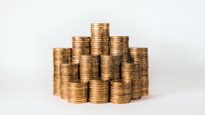 Gráfico aislado del movimiento con las monedas de oro en el fondo blanco imagen de archivo