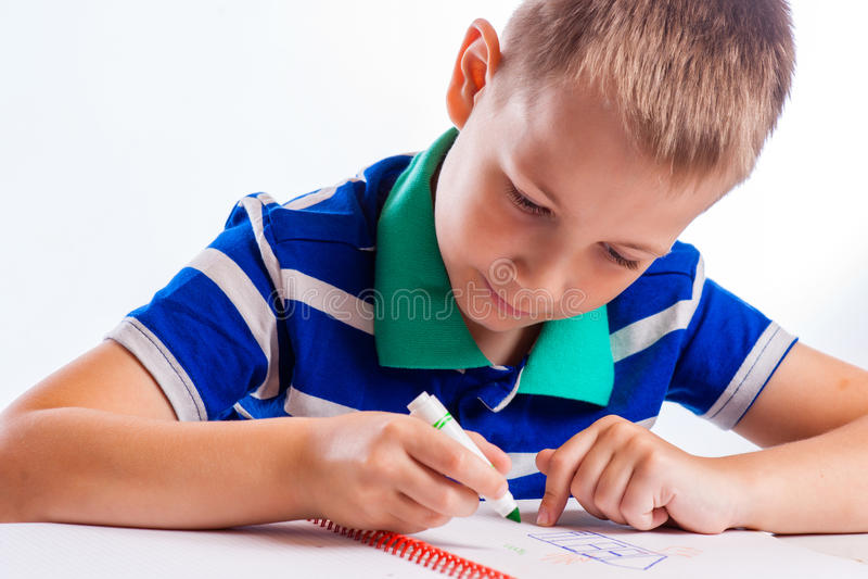 Gráfico alegre feliz del niño con el cepillo en álbum usando muchas herramientas de la pintura fotografía de archivo libre de regalías