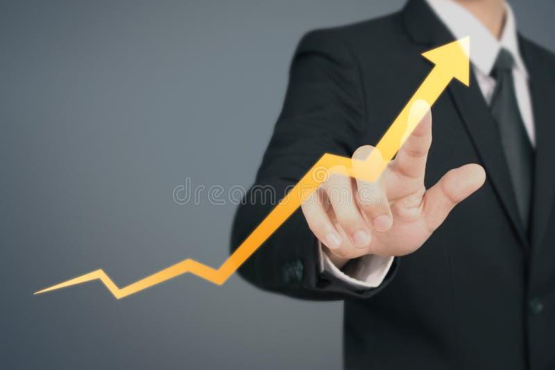 Gráfico común de Touching del hombre de negocios que indica crecimiento imagen de archivo libre de regalías