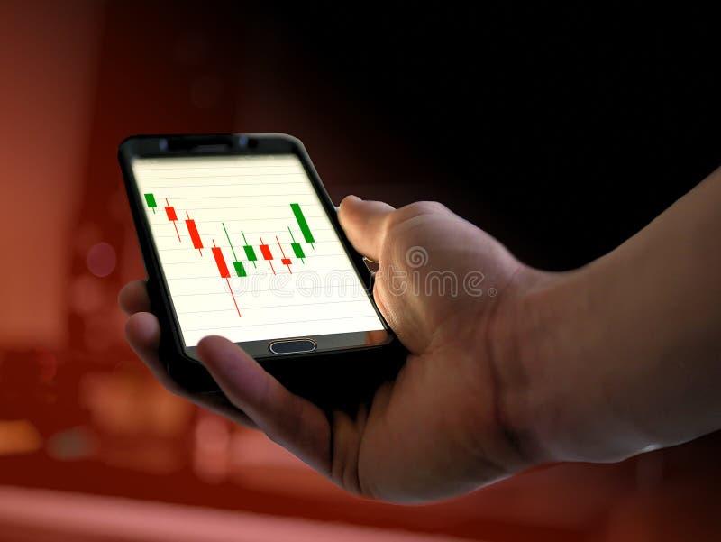 Gráfico da carta do estoque do castiçal da análise técnica no telefone esperto para o cryptocurrency, bitcoin, litecoin, ethereum imagens de stock royalty free