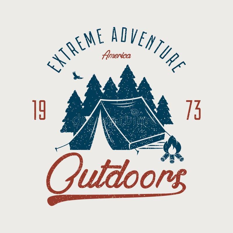 Gráfico da tipografia da aventura para o t-shirt Fora cópia da camisa de t com barraca de acampamento, floresta e fogueira Expedi ilustração stock
