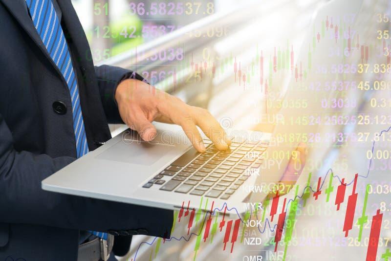 Gráfico da verificação do homem de negócios no caderno imagens de stock