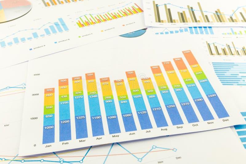 Gráfico de barra y cartas de negocio coloridos imagenes de archivo