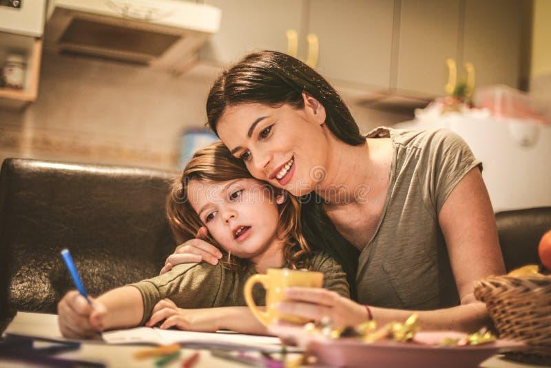 Gráfico de la madre con su hija Cierre para arriba foto de archivo