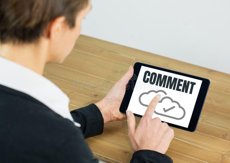 Gráfico de la señal del texto y de la nube del comentario en la pantalla de la tableta con las manos fotografía de archivo