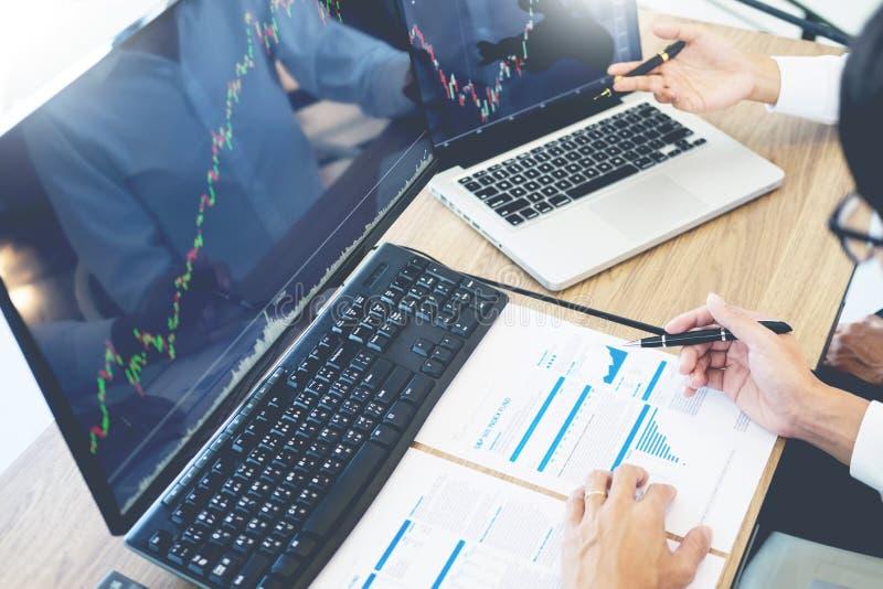 Gráfico del análisis de la bolsa de acción de las finanzas de comercio del equipo del negocio en las pantallas de ordenador múlti foto de archivo